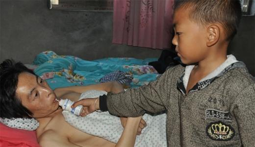 Ngoài thời gian đi kiếm phế liệu, Ou Yang đều dành thời gian chăm sóc cho cha.(Ảnh: Internet)