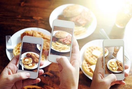 Dù chỉ là một món ăn đơn giản bạn cũng phải chụp hình đăng lên. (Ảnh: Internet)