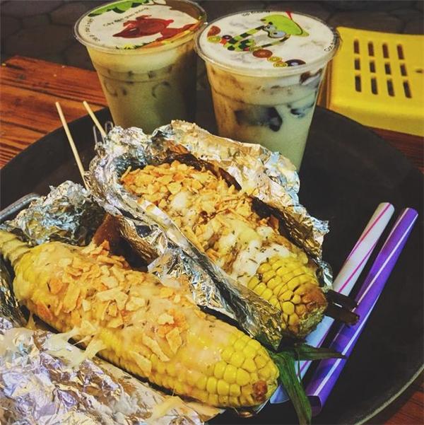 Ngô nướng phô mai độc, lạ trên phố Quang Trung có giá từ 30.000 đồng/suất. (Ảnh:Internet)