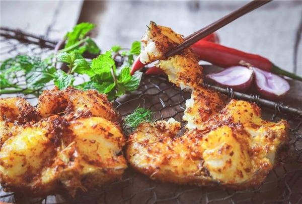 Cá lăng nướng nổi tiếng ở khu Mễ Trì Hạ, một suất có giá 215.000 đồng, 4 người ăn no nê nhé. (Ảnh: Internet)