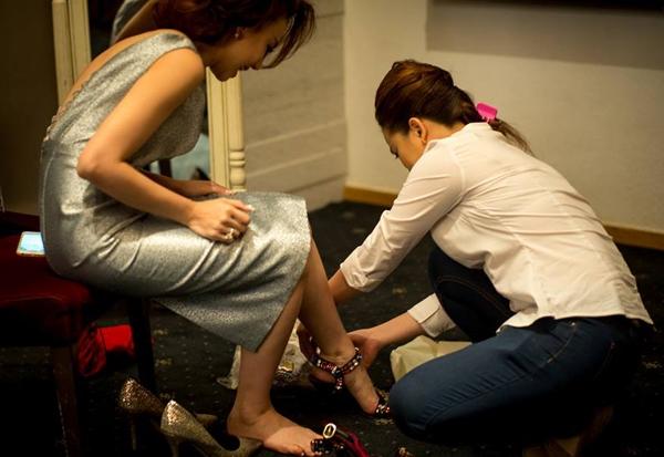 Đinh Ngọc Diệp đã phải thử rất nhiều giày cao gót để tìm ra một đôi phù hợp. - Tin sao Viet - Tin tuc sao Viet - Scandal sao Viet - Tin tuc cua Sao - Tin cua Sao