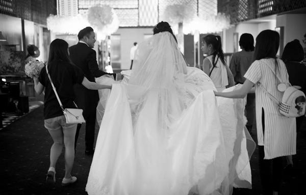Cô dâu phải nhờ tới sự trợ giúp của chú rể và 3 bạn trợ lí khác để... di chuyển. - Tin sao Viet - Tin tuc sao Viet - Scandal sao Viet - Tin tuc cua Sao - Tin cua Sao