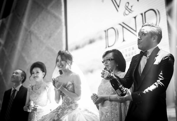 """Trong tiệc cưới, Victor là người khui rượu sâm banh. Anh có một phen """"hú hồn""""khi nút rượu bật ra văng rất cao và xa. - Tin sao Viet - Tin tuc sao Viet - Scandal sao Viet - Tin tuc cua Sao - Tin cua Sao"""