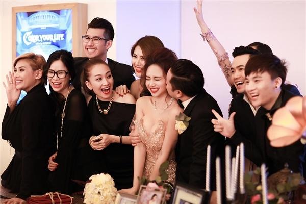 Hoàng Yến, Thanh Hoài, Tuyết Ngọc và những người bạn thân nhất nhí nhảnh chụp ảnh kỉniệm cùng cô dâu. - Tin sao Viet - Tin tuc sao Viet - Scandal sao Viet - Tin tuc cua Sao - Tin cua Sao