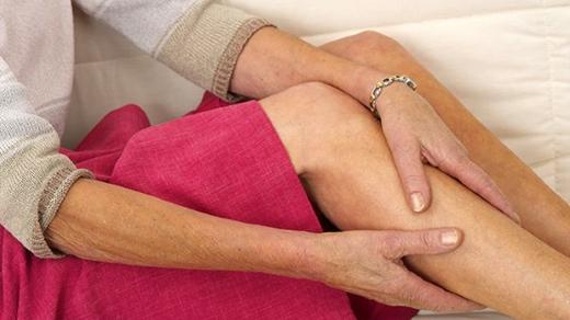 """Đau sưng một bên chân cho thấy cơ thể bạn có thểđang """"ẩn chứa"""" một cục máu đông.(Ảnh: Internet)"""