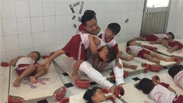 Sau khi trao quà, anh dành thời gian giao lưu, hát tặng cho các em nhỏ. - Tin sao Viet - Tin tuc sao Viet - Scandal sao Viet - Tin tuc cua Sao - Tin cua Sao