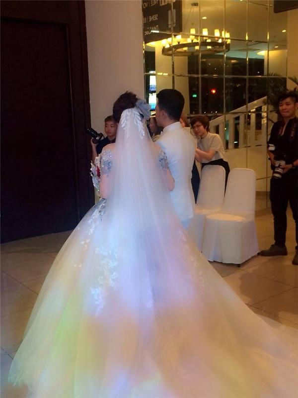 Cả hai chuẩn bị bước vào khán phòng làm lễ thành hôn. - Tin sao Viet - Tin tuc sao Viet - Scandal sao Viet - Tin tuc cua Sao - Tin cua Sao