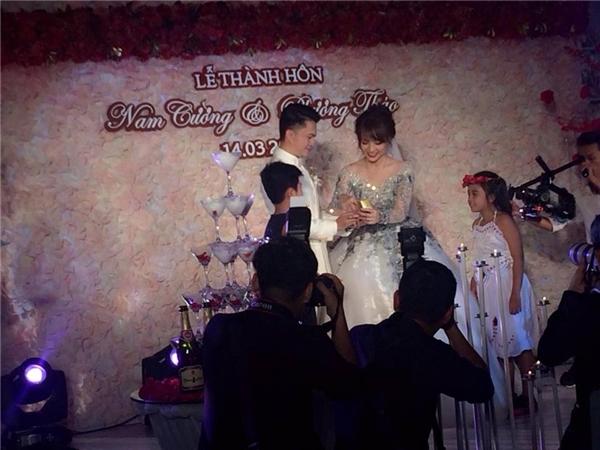 Cô dâu trao nhẫn cưới cho chú rể. - Tin sao Viet - Tin tuc sao Viet - Scandal sao Viet - Tin tuc cua Sao - Tin cua Sao
