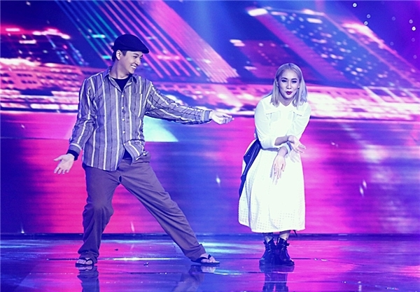 """Tại Liveshow 3 là đêm thi của DJ và biên đạo, Ngô Kiến Huy khiến khán giả không khỏi"""" sửng sốt"""" khi là ca sĩ duy nhất trong dàn thí sinh góp mặt vào đêm diễn với vai trò… vũ công. Tiết mục của anh chàng cũng đồng thời mang lại rất nhiều tiếng cười cho khán giả đúng với lời giao ước từ trước là sẽ rất… """"nhoi, điên và biến thái"""". Trên nền nhạc cực chất của DJ Summer Huỳnh và bàn tay tài hoa của biên đạo Lâm Vinh Hải, Ngô Kiến Huy hóa thân thành một anh chàng… cực kì vô tích sự khi vừa gặp cướp đã… chạy biến, bỏ luôn cô người yêu đang la """"ơi ới"""" đằng sau. - Tin sao Viet - Tin tuc sao Viet - Scandal sao Viet - Tin tuc cua Sao - Tin cua Sao"""