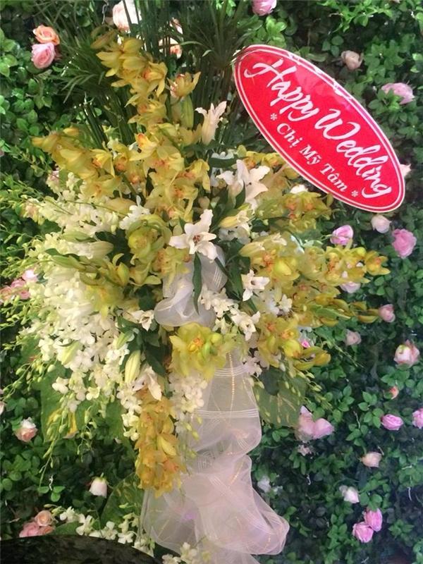 Nữ ca sĩ Mỹ Tâm gửi tặng người em thân thiết lẵng hoa tươi thắm nhânngày trọng đại. - Tin sao Viet - Tin tuc sao Viet - Scandal sao Viet - Tin tuc cua Sao - Tin cua Sao