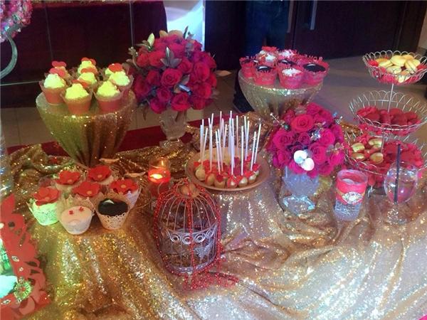 Không gian cưới được trang trí với hai màu chủ đạ vàng - đỏ. - Tin sao Viet - Tin tuc sao Viet - Scandal sao Viet - Tin tuc cua Sao - Tin cua Sao