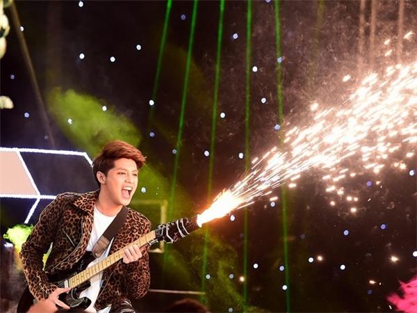 """Cây pháo hoa được thiết kế gắn vào chiếc guitar điện đột ngột phát sáng trên sân khấu khiến khán giả phải """"há hốc mồm"""". - Tin sao Viet - Tin tuc sao Viet - Scandal sao Viet - Tin tuc cua Sao - Tin cua Sao"""