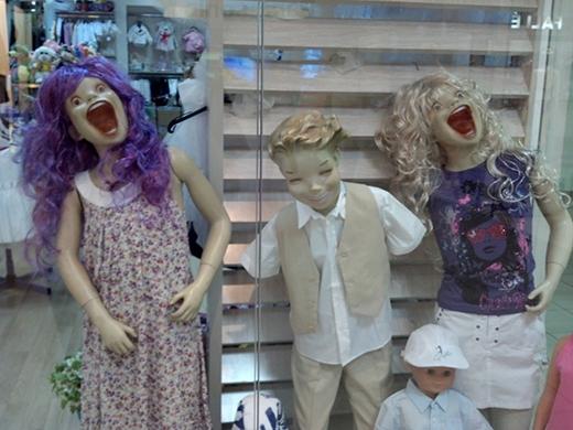 Hai cô gái này có vẻ như cũng là chị em với cậu bé ở trên, còn anh chàng không tay ở giữa thì trông như đang âm mưu gì đó. (Ảnh: Internet)