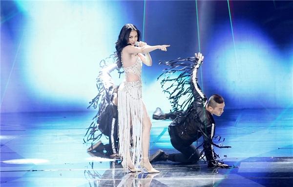 Nữ ca sĩ đã có phần thể hiện đầy sôi động với ca khúc Hands up. - Tin sao Viet - Tin tuc sao Viet - Scandal sao Viet - Tin tuc cua Sao - Tin cua Sao