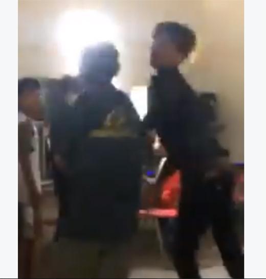 Người con trai ngang nhiên đánh lại cha mình ở nơi công cộng. Ảnh: Chụp từ clip