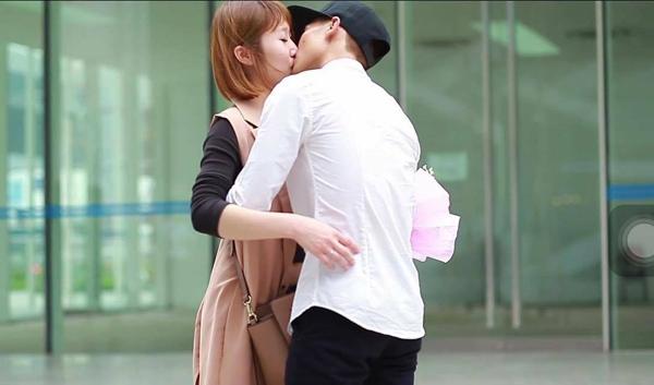 Nụ hôn hạnh phúc của cả hai. (Ảnh: Internet)