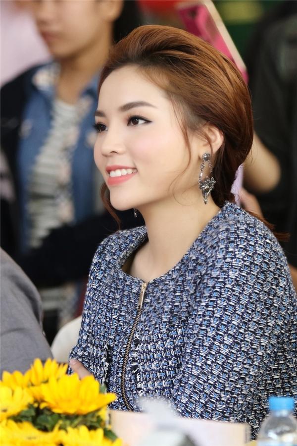 Hoa hậu Việt Nam 2014 trang điểm nhẹ nhàng và kết hợp phụ kiện cùng tông với trang phục. - Tin sao Viet - Tin tuc sao Viet - Scandal sao Viet - Tin tuc cua Sao - Tin cua Sao