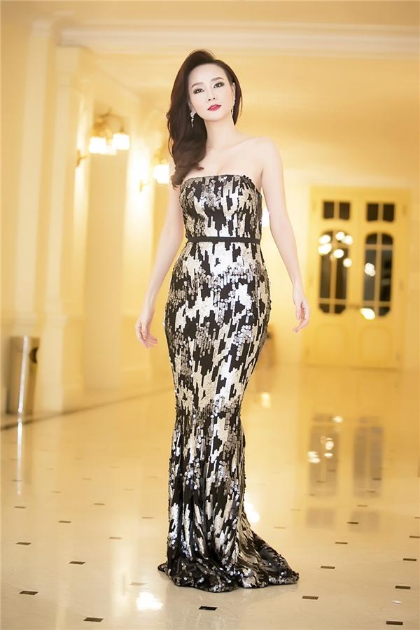Chọn một thiết kế váy sequin cúp ngực sexy tông trắng, đen đầy gợi cảm của nhà thiết kế Tăng Thành Công, Dương Yến Ngọc tỏa sáng trước ống kính qua nhan sắc ngày càng trẻ trung cùng thần thái tươi tắn. - Tin sao Viet - Tin tuc sao Viet - Scandal sao Viet - Tin tuc cua Sao - Tin cua Sao