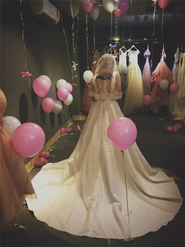 Cô dâu sau khi bước ra khỏi phòng thử đồ đã vô cùng bất ngờ trước căn phòng bỗng tràn ngập bóng bay.(Ảnh: Internet)