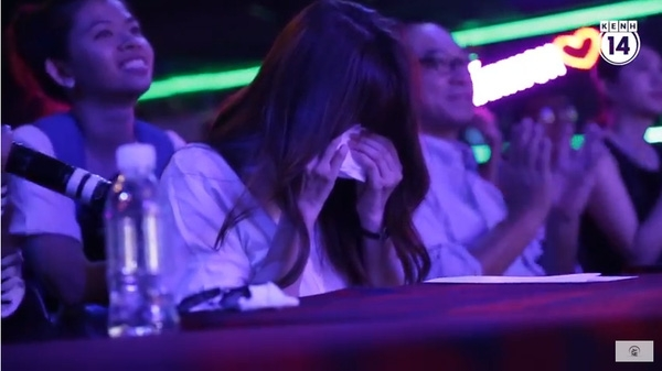 Hari Won bật khóc khi nghe ca khúc Hạnh phúc mới do fan thể hiện. (Ảnh: Trí thức trẻ) - Tin sao Viet - Tin tuc sao Viet - Scandal sao Viet - Tin tuc cua Sao - Tin cua Sao