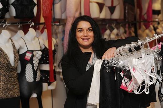 Cô chủ Faith Attwell tại cửa hàng Passion on City Road (tạm dịch: Đam mê trên Cung đường Thành phố) tại Cardiff.
