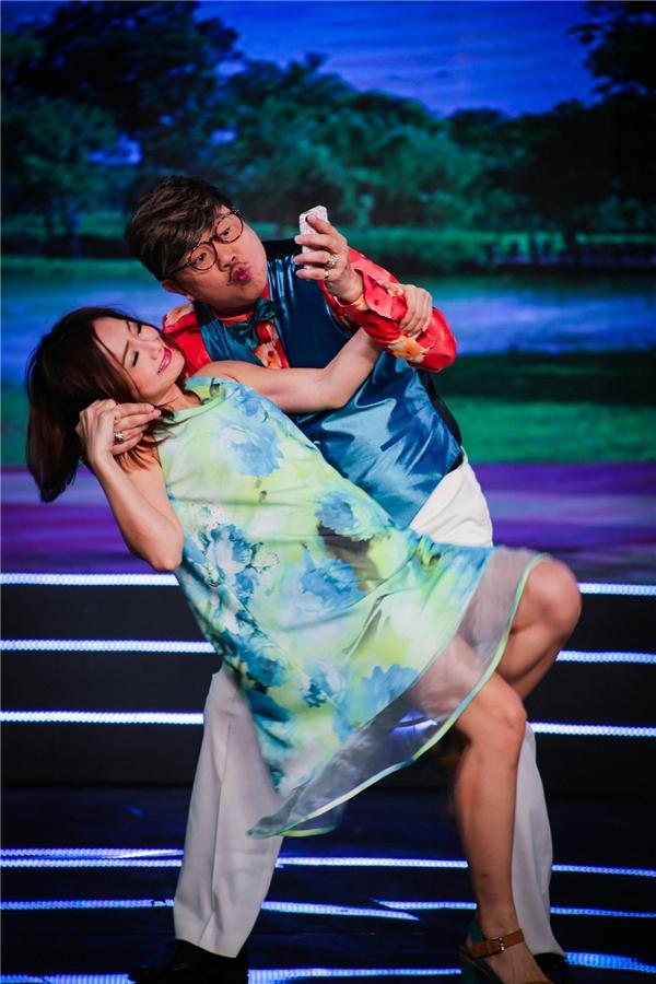 Vở kịch với nội dung hưởng ứng phong trào hôn trộm người lạ (Kiss Cam) đang nở rộ trên mạng xã hội. - Tin sao Viet - Tin tuc sao Viet - Scandal sao Viet - Tin tuc cua Sao - Tin cua Sao