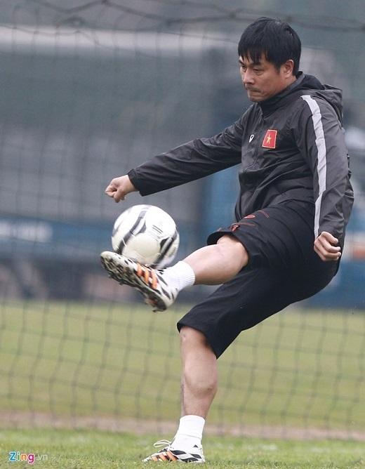 Do thiếu nhân sự, HLV Hữu Thắng cũng tham gia màn đá đối kháng cùng các học trò. HLV sinh năm 1971 vẫn thể hiện được sự khéo léo và kỹ thuật của trung vệ hàng đầu của bóng đá Việt Nam một thời.