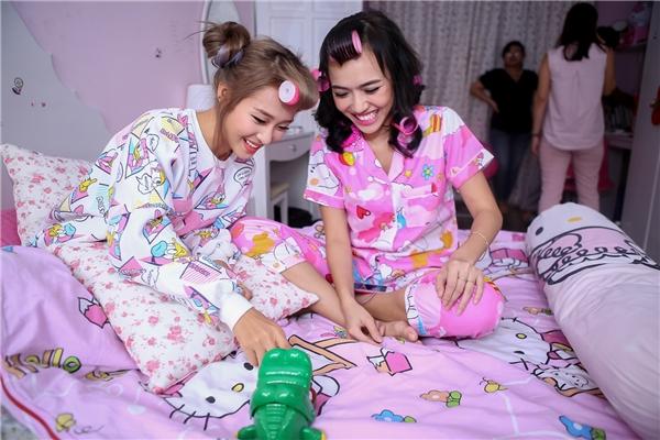 Hai chị em tươi cười rạng rỡ khi cùng tham gia thứ thách với nhau. - Tin sao Viet - Tin tuc sao Viet - Scandal sao Viet - Tin tuc cua Sao - Tin cua Sao