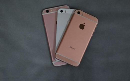 Có thể thấyiPhone SE có kích thước bằngiPhone 5s và thiết kế góc cạnhtròn trịa cũng nhưmàu sắc tương đồng vớiiPhone 6s.