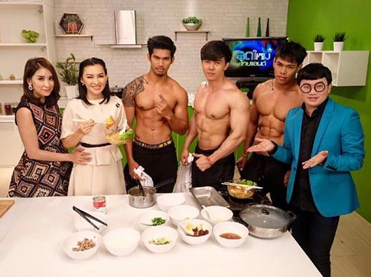 """Kritsada cùng hai nhân viên với thân hình """"bốc lửa"""" của mình được mời tham gia một chương trình nấu ăn trên TV. (Ảnh: Internet)"""