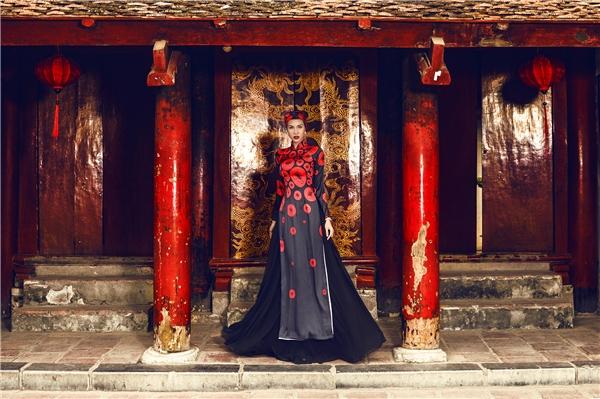 Đỏ kết hợp cùng đen - bộ đôi màu sắc cổ điển nhưng chưa bao giờ hết thu hút bởi sự dung hòa tuyệt đối giữa sáng - tối, đậm - nhạt. Trong không gian nhuốm màu xưa cũ, Phương Mai như một bà hoàng bước ra từ thế giới cung đình xa hoa, lộng lẫy.