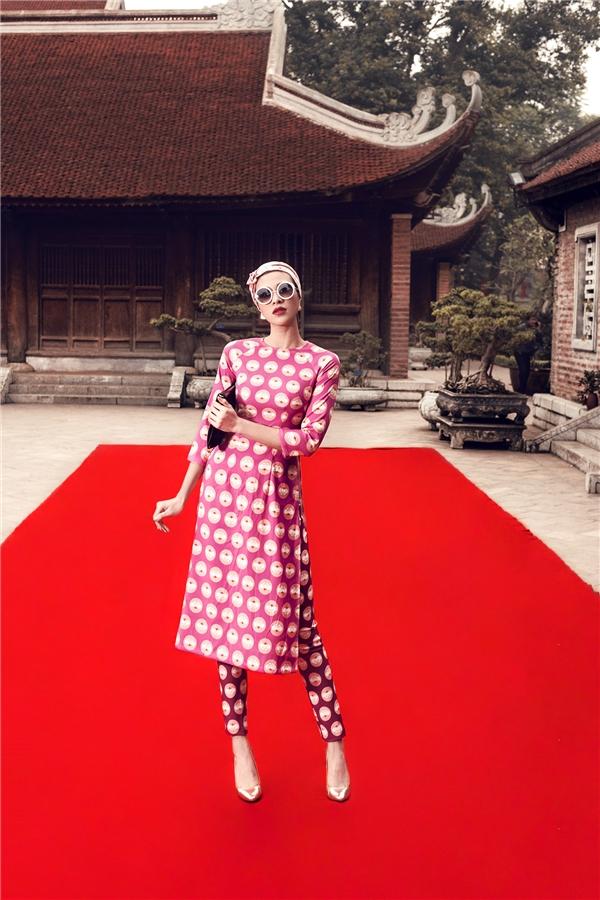 Phương Mai vừa kín đáo, nền nã nhưng không kém phần hiện đại, gợi cảm trang bộ áo dài cách tân. Trên nền sắc hồng tím ngọt ngào, những họa tiết hình tròn tạo nên điểm nhấn khá thú vị, lạ mắt.