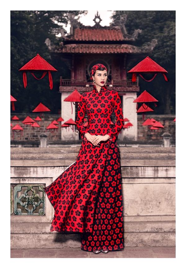 Phương Mai nồng nàn với sắc đỏ kết hợp họa tiết màu đen trầm mặc, nhẹ nhàng.