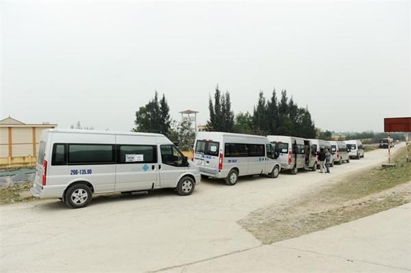 Hàng dài ô tô đỗ cạnh khu vực bến thuyền đầm Vân Long để chuẩn bị đón thành viên đoàn làm phim rời Ninh Bình đi Quảng Ninh sau ngày quay cuối cùng, 15/3.