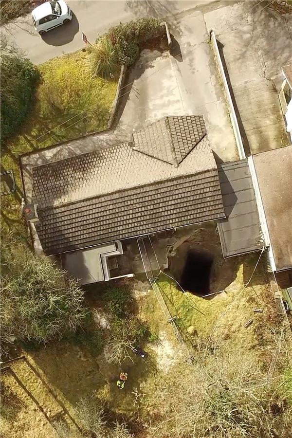 Hố sâu này được cho là một tàn tích có từ thế kỉ 18.(Ảnh: The Sun)