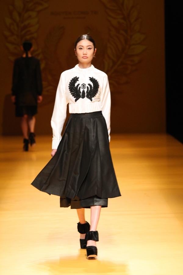 Áo bà ba Việt Nam đã tỏa sáng như thế nào trên sàn diễn Tokyo?