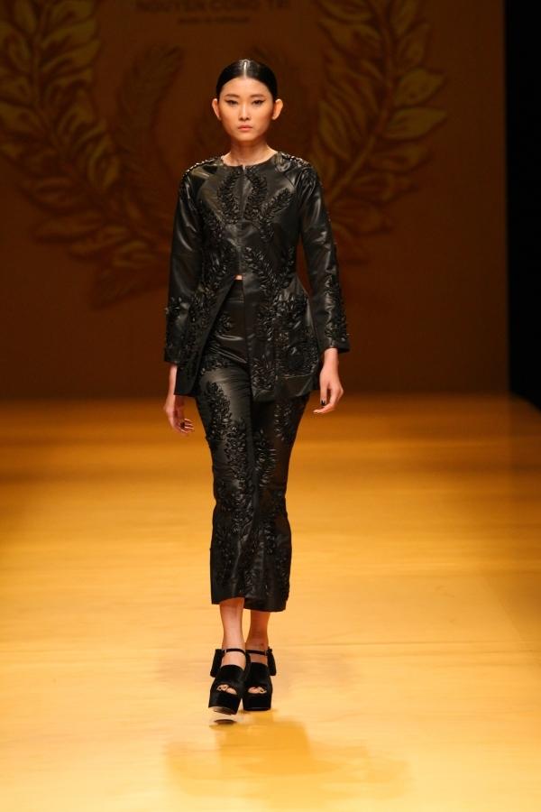 Trong bộ sưu tập, người mẫu Kim Nhung (người mẫu Việt Nam duy nhất trong số 20 người mẫu trình diễn) giữ vị trí mở màn và vedette.