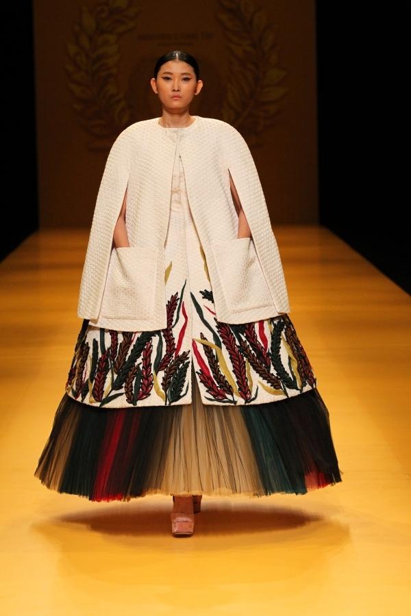 Bộ trang phục cuối cùng kết hợp nhiều lớp màu sắc, chất liệu độc đáo vừa tương phản nhưng vừa hài hòa.