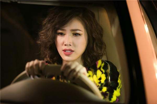 "Cảnh lái xe ""huyền thoại"" của Bảo Thy. - Tin sao Viet - Tin tuc sao Viet - Scandal sao Viet - Tin tuc cua Sao - Tin cua Sao"