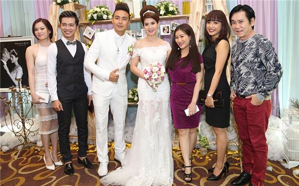 Vợ chồng diễn viên Mai Sơn - Kiều Linh bên cạnh Lê Bê La và những người bạn của đôi tân lang tân nương. - Tin sao Viet - Tin tuc sao Viet - Scandal sao Viet - Tin tuc cua Sao - Tin cua Sao