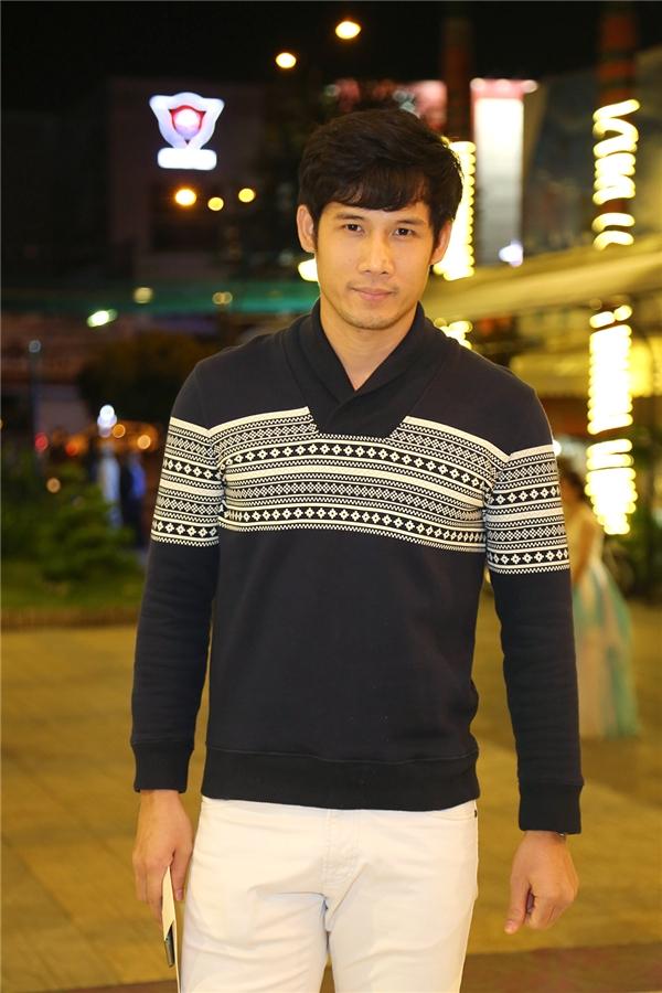 Người mẫu Thanh Thức lịch lãm trong chiếc sweater có hoa văn lạ mắt. - Tin sao Viet - Tin tuc sao Viet - Scandal sao Viet - Tin tuc cua Sao - Tin cua Sao