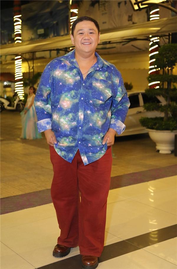 Nghệ sĩ hài Minh Béo nổi bật khi diện trang phục mang 2 gam màu đối lập xanh – đỏ. - Tin sao Viet - Tin tuc sao Viet - Scandal sao Viet - Tin tuc cua Sao - Tin cua Sao