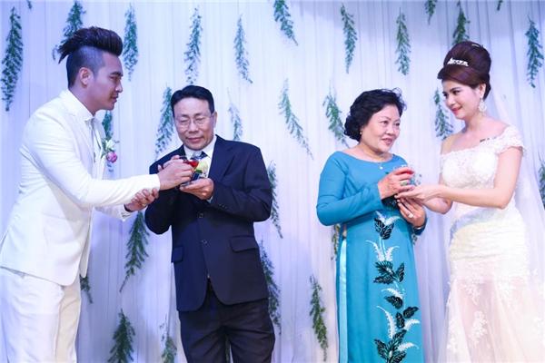 Ly rượu cưới được cặp đôi mang đến cho bậc sinh thành. - Tin sao Viet - Tin tuc sao Viet - Scandal sao Viet - Tin tuc cua Sao - Tin cua Sao