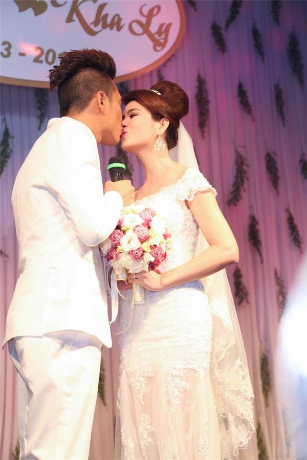 Cặp đôi trao nhau nụ hôn nồng chày trong lời reo hò của toàn bộ khách mời. - Tin sao Viet - Tin tuc sao Viet - Scandal sao Viet - Tin tuc cua Sao - Tin cua Sao