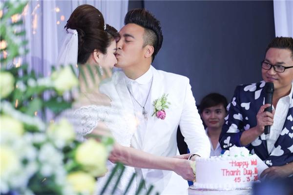 Cả hai vui vẻ nắm tay nhau cùng cắt bánh cưới. - Tin sao Viet - Tin tuc sao Viet - Scandal sao Viet - Tin tuc cua Sao - Tin cua Sao