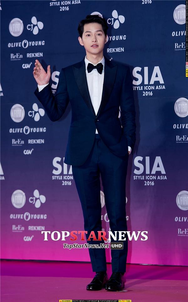 """Vai diễn """"đại úy Yoo"""" đã giúp Song Joong Ki trở thành ngôi sao sáng giá được truyền thông săn đón tại các sự kiện. Mới đây, anh còn được bình chọn là ngôi sao nổi tiếng nhất Trung Quốc vượt qua nhiều tên tuổi lớn của đại lục."""