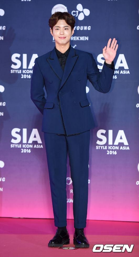 """""""Đại úy Yoo"""" Song Joong Ki """"ăn đứt"""" dàn sao tại thảm đỏ SIA 2016"""