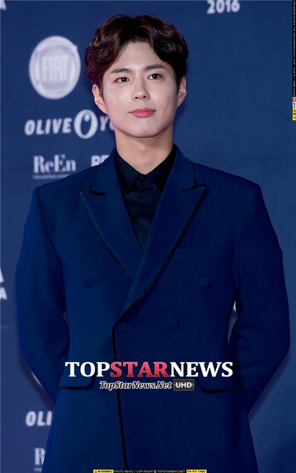 """""""Taek ngố"""" Park Bo Gum khiến trái tim các fan """"tan chảy"""" bởi nụ cười tỏa náng quen thuộc."""