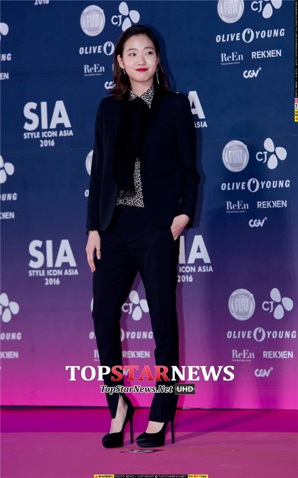 Người đẹp Cheese In The Trap, Kim Go Eun, khoe phong cách thời trang cá tính trên thảm hồng.