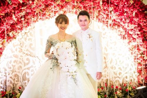 Cô dâu xinh đẹp bên chú rể Nam Cường.